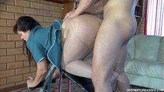 Ангельская женщина трахается на кожаном диванчике вскоре после орального порно