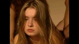 Девушка в нейлоновых чулочках записывает платьице в горошинку для того чтоб продемонстрировать сисяндры